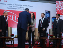 Mr RP Kedia welcoming Ms Sonali Bendre
